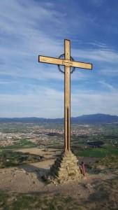 I com no la Creu amb Vic (La Ciutat dels Sants) de fons