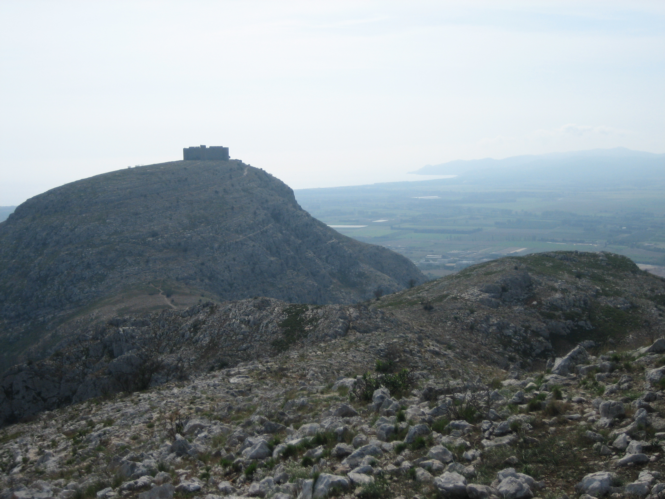 El castell vist des del cim de la muntanya d'Ullà
